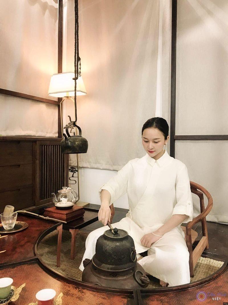 Vì không thể mở lớp, nên cô thường chỉ dạy một số bạn trẻ đam mê trà đạo tại nhà của mình